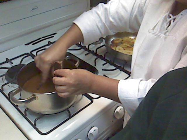 se agrega el chocolate en pedazos para que se derrita, y se pone a fuego lento a hervir