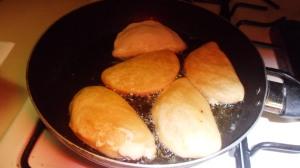 Las agregas a una sartén con aceite bien caliente, ésto para que no absorba mucha grasa, y luego las colocas sobre un mayordomo absorvente para que absorba el resto de aceite excedente